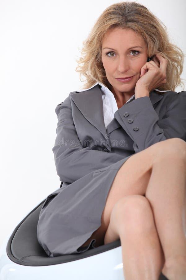 Affärskvinna på stol royaltyfria bilder