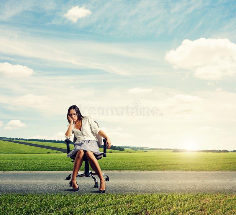 Affärskvinna på vägen arkivbild