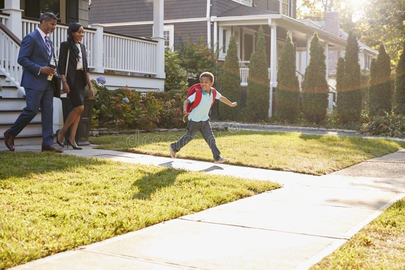Affärskvinna Parents Walking Son till skolan på väg att arbeta royaltyfri fotografi