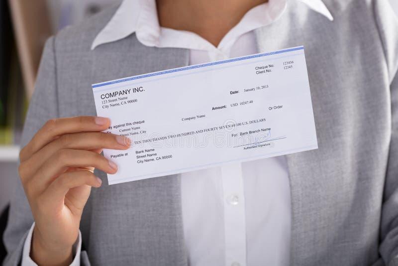 Affärskvinna Showing Cheque royaltyfri foto