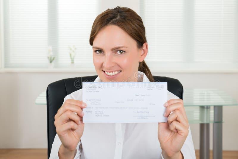 Affärskvinna Showing Cheque fotografering för bildbyråer