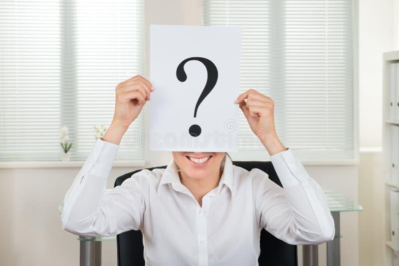 Affärskvinna Showing Question Mark On Paper royaltyfri fotografi