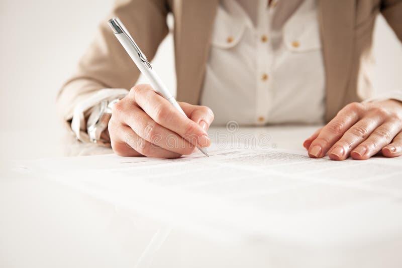 Affärskvinna Signing ett dokument arkivfoton