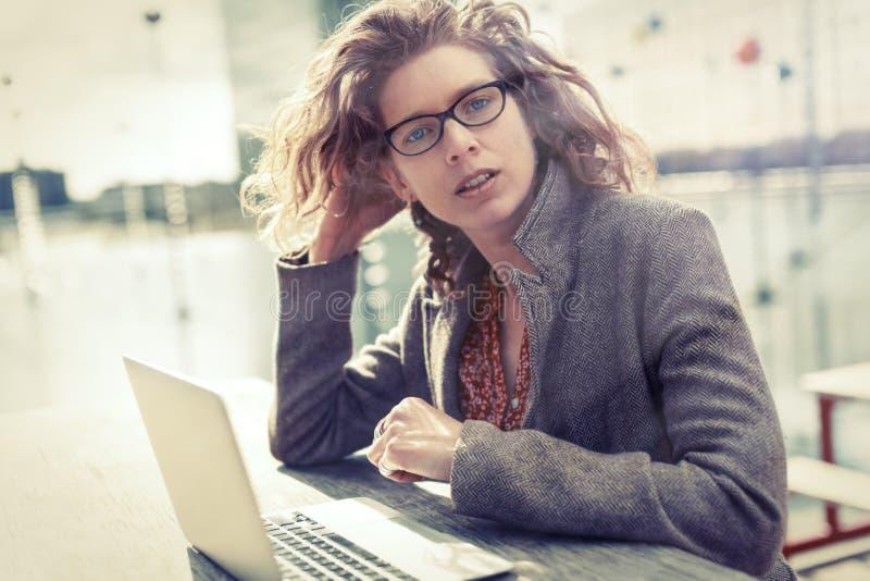 Affärskvinna Sitting Outdoors som arbetar på hennes dator arkivfoto
