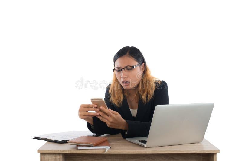 Affärskvinna som är allvarlig med smartphonen, medan arbeta med hennes l arkivfoto
