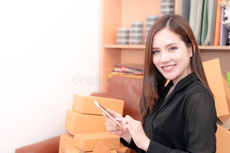 Affärskvinna som är lycklig med hennes online-beställning för hennes online-buss royaltyfria bilder