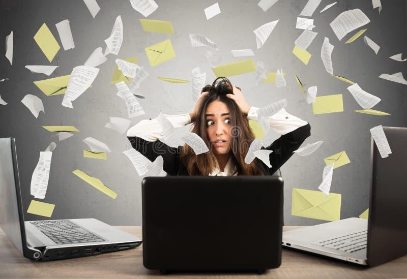 Affärskvinna som är stressad vid skräpposten arkivfoton