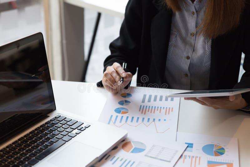 Affärskvinna som analyserar inkomstdiagram och grafer med digital t royaltyfri foto