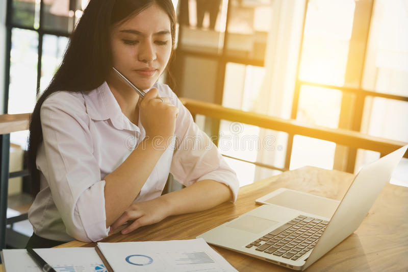 Affärskvinna som använder bärbar datordatoren på arbetsplatsen ung kvinnlig e arkivbilder