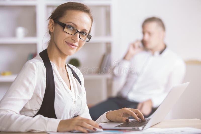 Affärskvinna som använder bärbar datorsidan arkivfoto