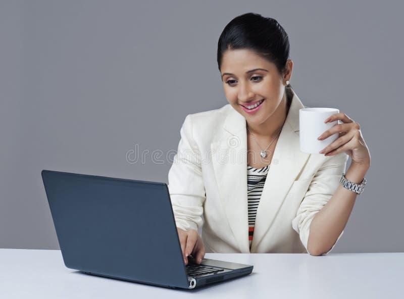 Affärskvinna som använder bärbara datorn royaltyfria bilder