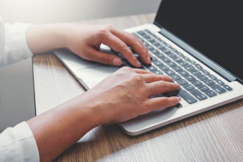 Affärskvinna som använder bärbara datorn i kontoret arkivfoton