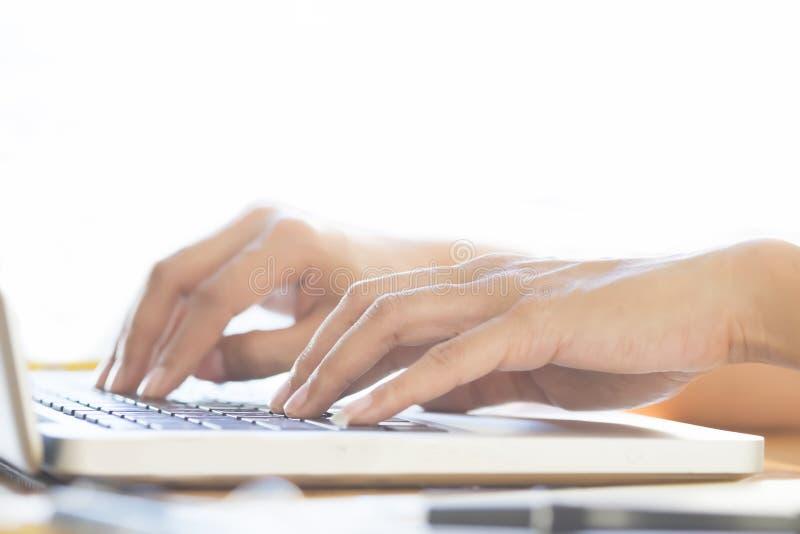 Affärskvinna som använder bärbara datorn till online-shopping (selektiv fokus) royaltyfri fotografi