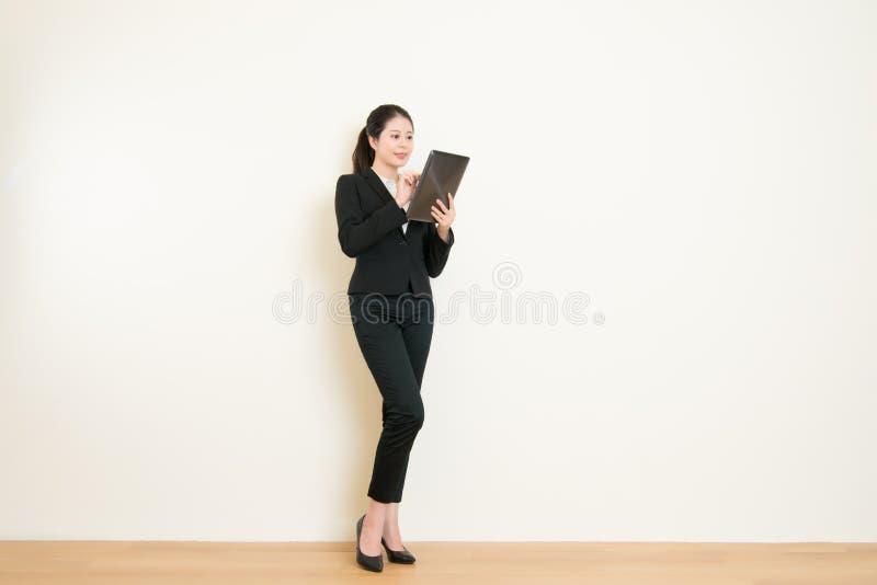 Affärskvinna som använder den digitala minnestavlaPCdatoren royaltyfri fotografi