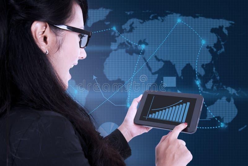 Affärskvinna som använder den digitala touchpaden på världskartabakgrund stock illustrationer