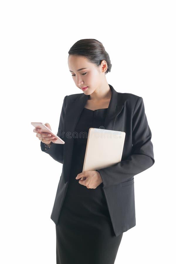 Affärskvinna som använder en mobiltelefon som isoleras på en vit backgrou royaltyfria foton