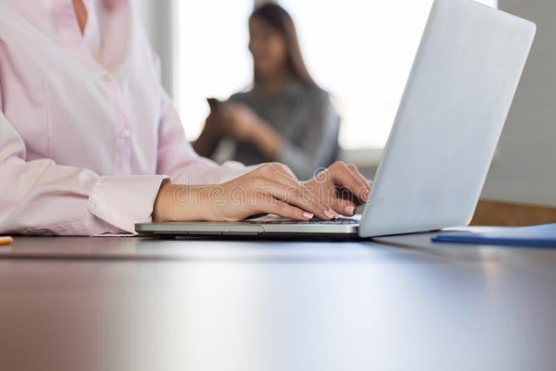 Affärskvinna som använder gruppen för Businesspeople för Closeup för bärbar datordator, i att arbeta för folk för lopp för Cowork arkivbilder