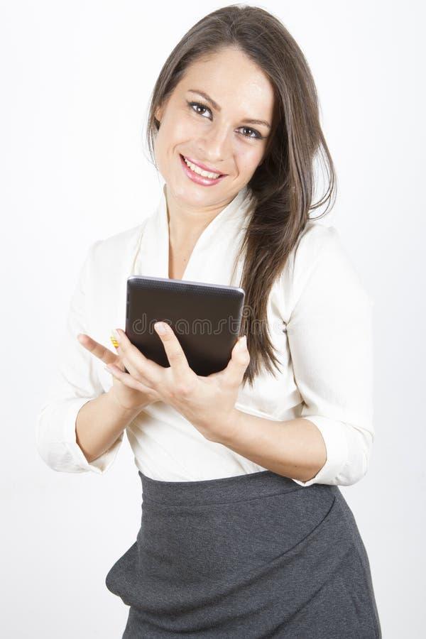 Affärskvinna som använder minnestavlan arkivbild