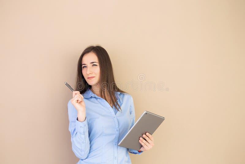 Affärskvinna som använder minnestavlan på beige bakgrund arkivfoton