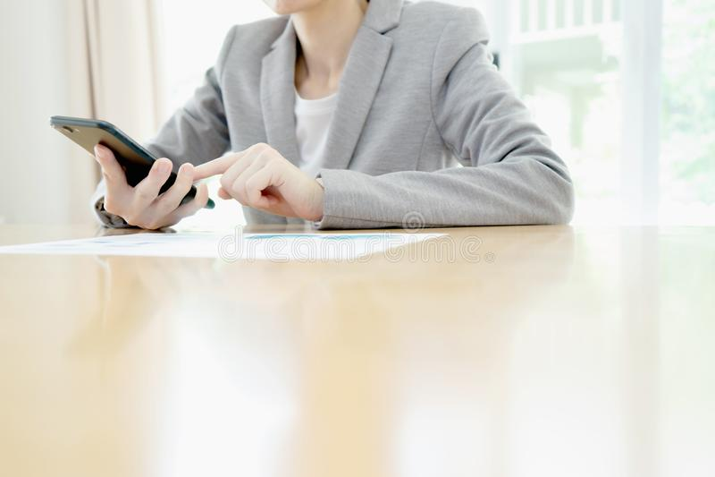 Affärskvinna som använder mobiltelefonen på arbete royaltyfri foto