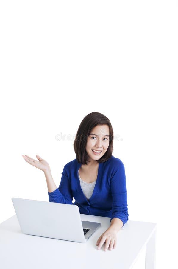 Affärskvinna som arbetar med öppen handpresentation för bärbar dator arkivbilder