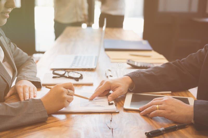 Affärskvinna som arbetar med affärsmannen diskett för två affärspersoner arkivfoto