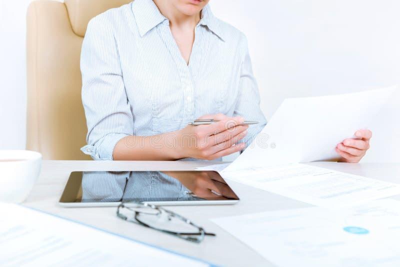 Affärskvinna som arbetar med dokument arkivfoto