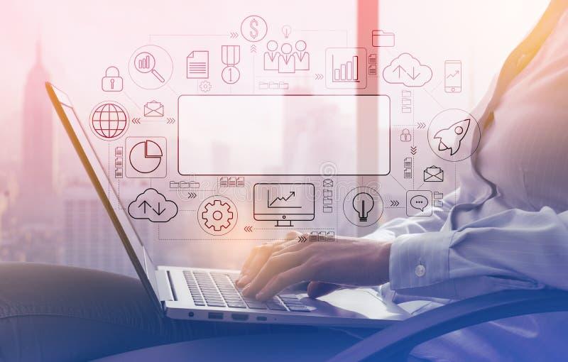 Affärskvinna som arbetar med en bärbar dator bredvid ett fönster fotografering för bildbyråer