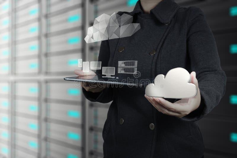 Affärskvinna som arbetar med ett beräknande diagram för moln arkivbild