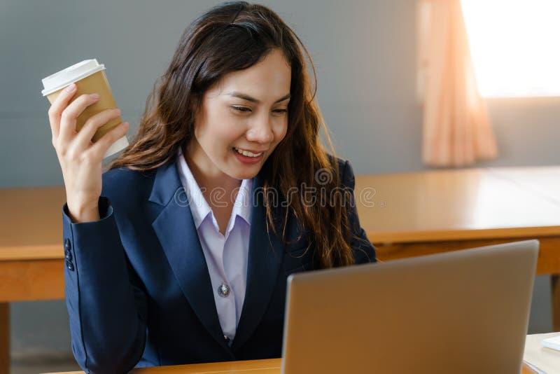 Affärskvinna som arbetar och dricker kaffe, i att koppla av sätt arkivbilder
