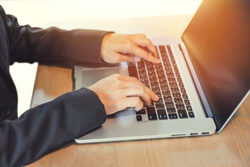 Affärskvinna som arbetar på anteckningsboken royaltyfri foto