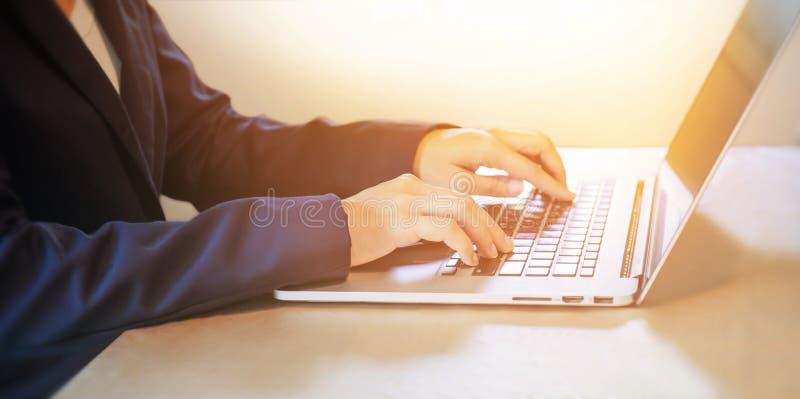 Affärskvinna som arbetar på anteckningsboken royaltyfria foton
