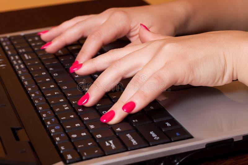 Affärskvinna som arbetar på datoren arkivfoton