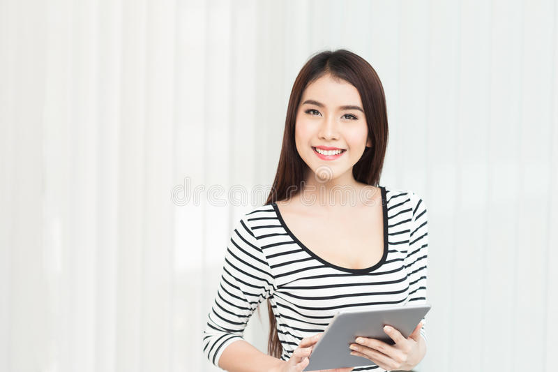 Affärskvinna som arbetar på den digitala minnestavladatoren på kontoret fotografering för bildbyråer