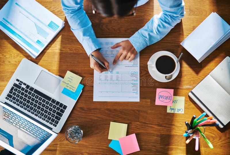 Affärskvinna som arbetar på en rapport eller ett frågeformulär arkivfoton