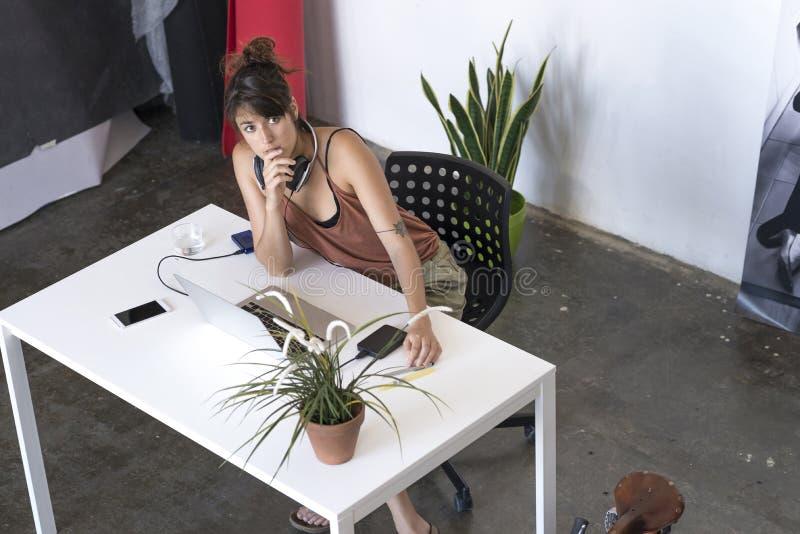 Affärskvinna som arbetar på hennes bärbar dator på arbete ovanför sikt arkivbilder