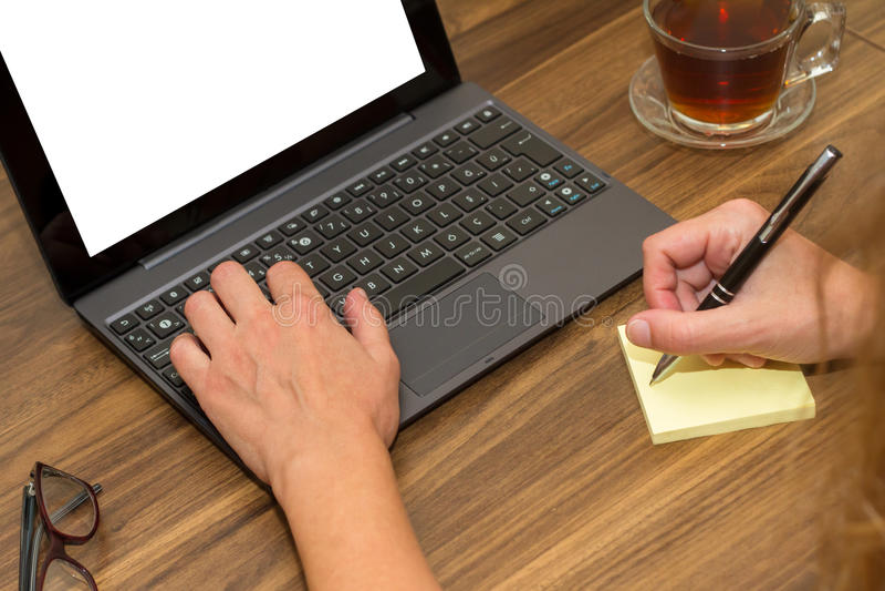 Affärskvinna som arbetar på kontorstabellen fotografering för bildbyråer