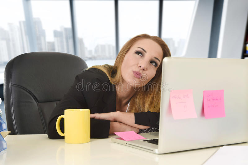 Affärskvinna som arbetar på sammanträde för bärbar datordator på det frånvarande sinnat för skrivbord arkivbild