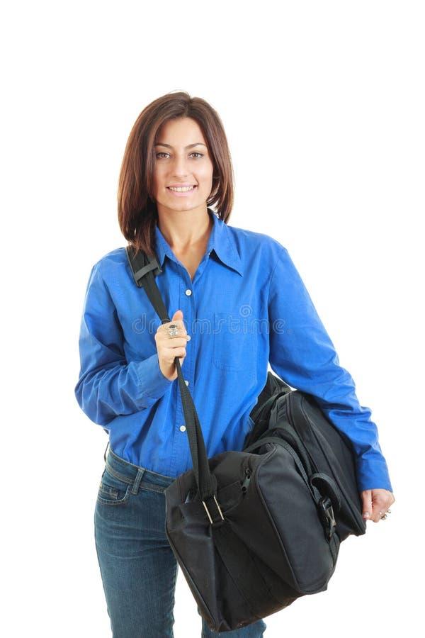 Affärskvinna som bär den stora lopppåsen royaltyfri foto