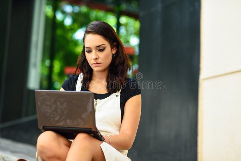 Affärskvinna som bär tillfällig kläder som utomhus arbetar royaltyfria bilder