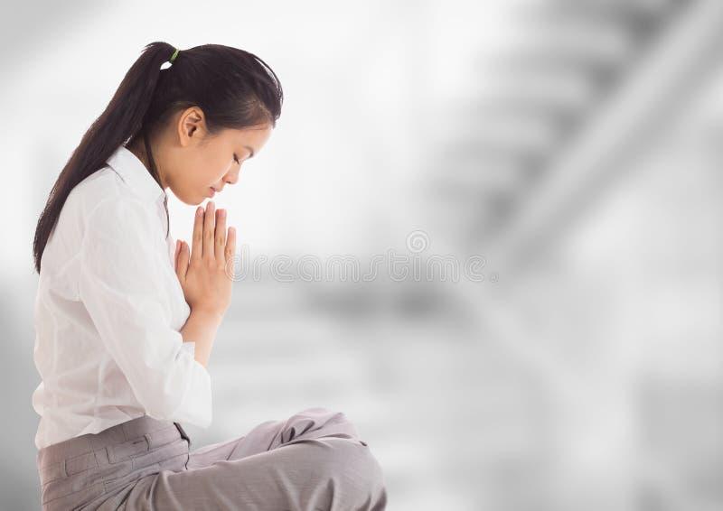 Affärskvinna som ber mot oskarp grå trappa arkivbilder