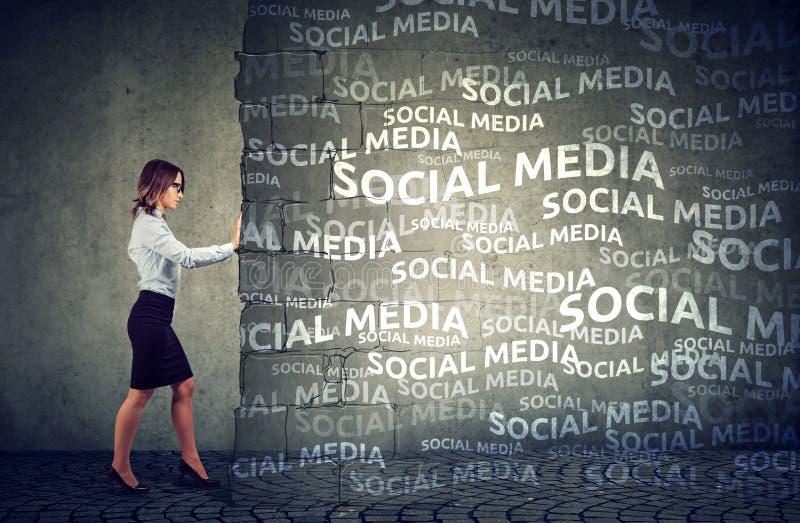 Affärskvinna som bestämms för att stoppa socialt massmediatryck royaltyfria foton