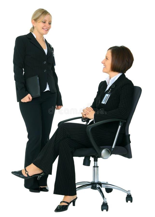 affärskvinna som diskuterar kvinnlig två royaltyfria bilder