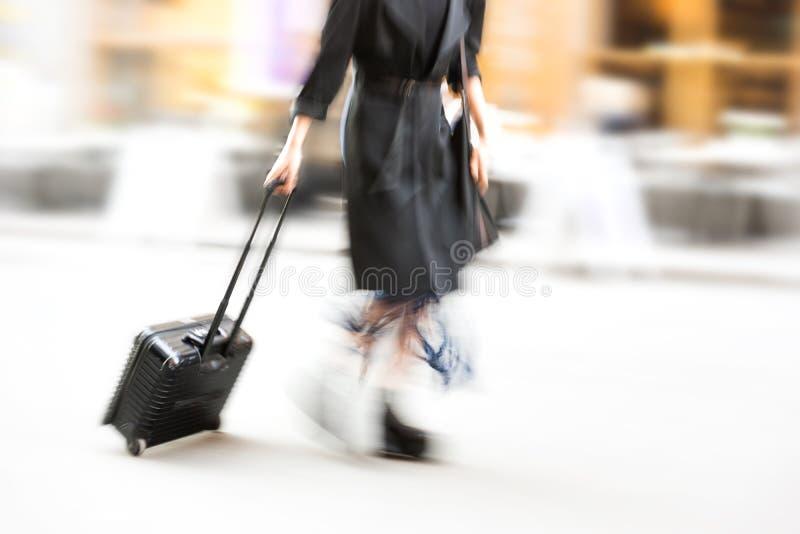 Affärskvinna som drar kabinpåsen royaltyfri foto