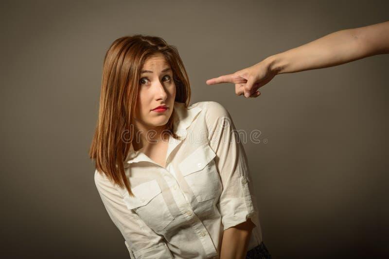 Affärskvinna som får skrämd, efter du grälas på av någon royaltyfria foton