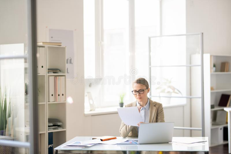 Affärskvinna som förbereder rapporten royaltyfri foto
