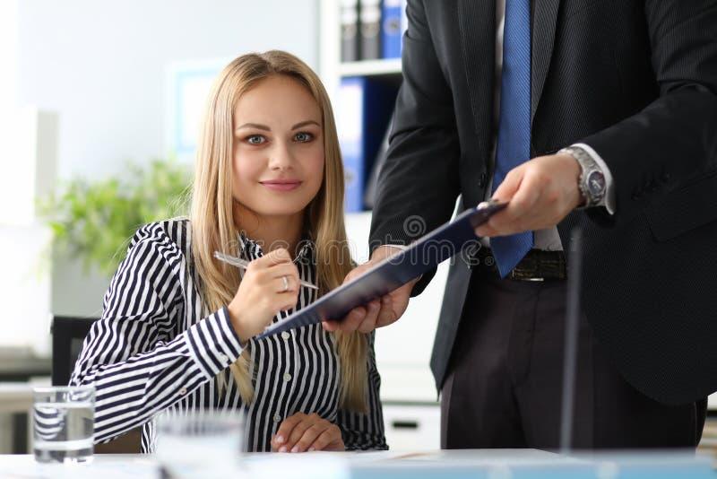 Affärskvinna som förbinda sig att överta viktiga dokument arkivfoton