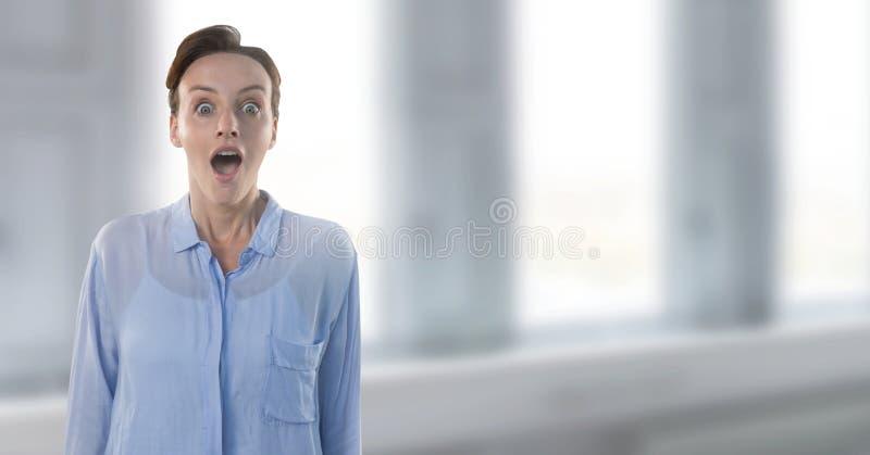 Affärskvinna som förvånas av fönster arkivfoto