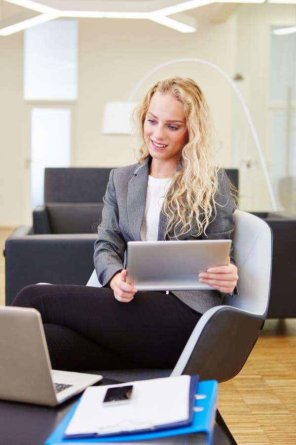Affärskvinna som forskar på datoren arkivfoto
