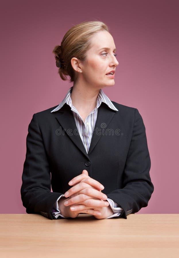 affärskvinna som från sidan ser royaltyfria bilder